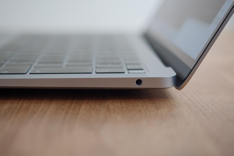 MacBook Air 2018 2019の右側面 / 3.5ミリオーディオジャック