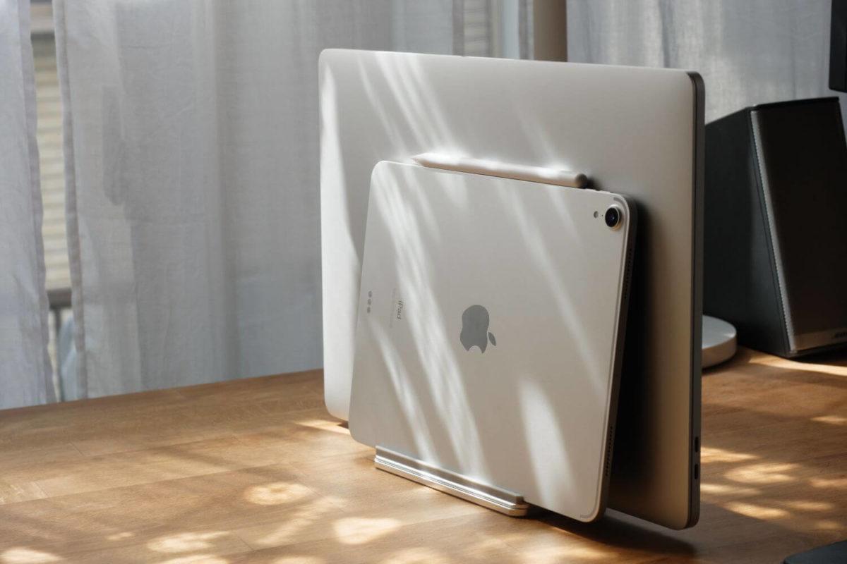 【クラムシェル】スタンドを使ってMacBookをおしゃれにデスクトップ化